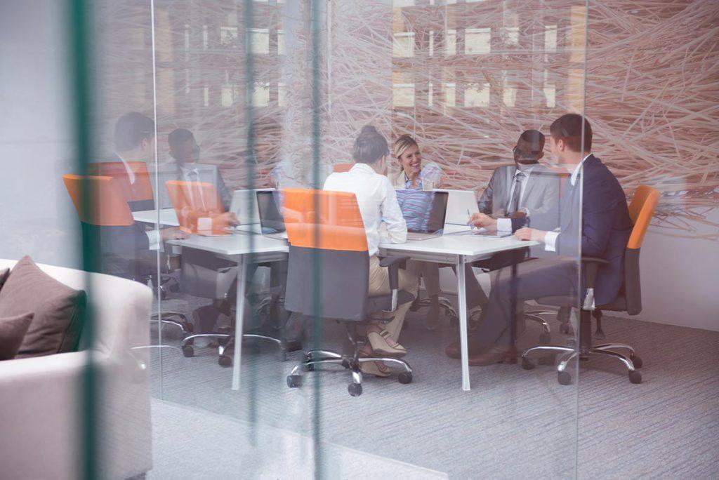Team-Runde zum Personalmanagement und zur Arbeitszeitgestaltung in einer Regionalbank